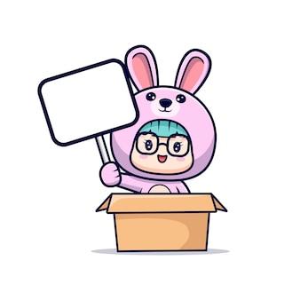 Ragazza sveglia che porta il costume del coniglietto che tiene scheda di testo in bianco bianca