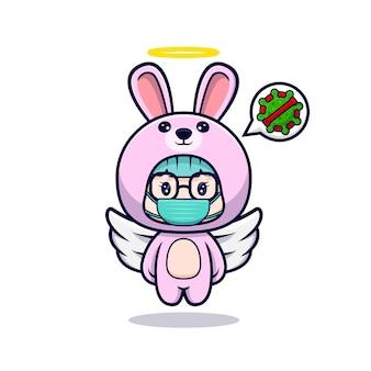 Ragazza carina che indossa il costume da coniglietto che indossa una maschera per prevenire pericolosi virus
