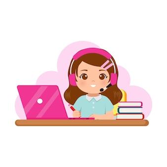 Ragazza carina che indossa le cuffie che impara a casa con il suo computer portatile