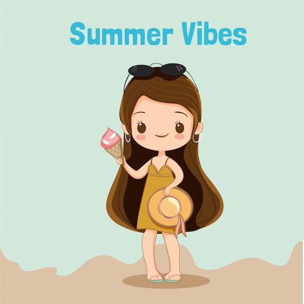 La ragazza sveglia con gelato che prepara per gode delle vacanze estive