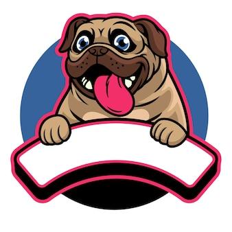 Cute happy pug dog tiene il banner di testo vuoto