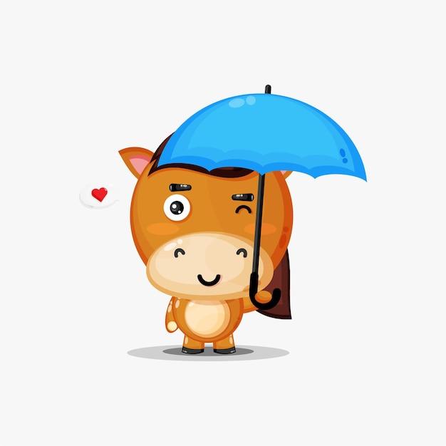 Cavallo sveglio che porta un ombrello isolato su bianco