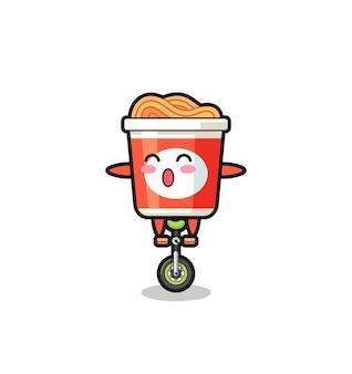 Il simpatico personaggio di noodle istantaneo sta cavalcando una bici da circo, un design in stile carino per maglietta, adesivo, elemento logo