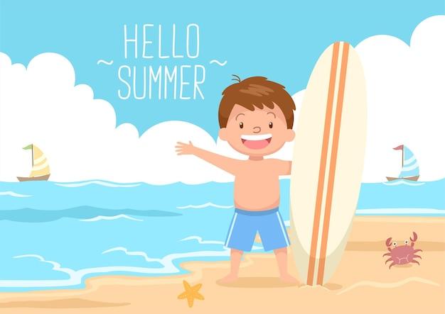 Ragazzo carino che tiene la tavola da surf in spiaggia ciao estate