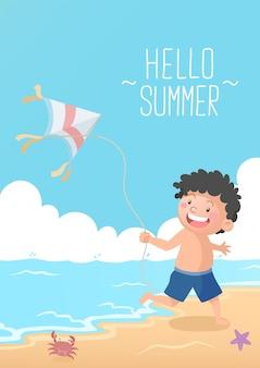 Ragazzo carino che gioca a kite in spiaggia ciao estate beach