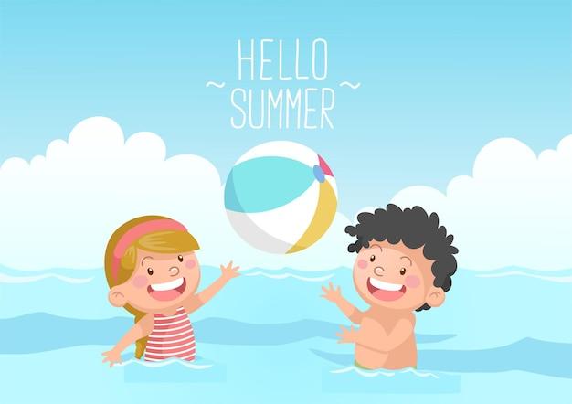Bambini carini che giocano a pallone da spiaggia ciao estate