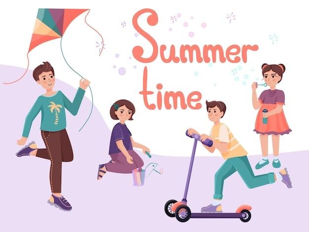 Bambini carini che giocano all'aperto ragazzi con aquilone volante e scooter e ragazze con gessetti colorati