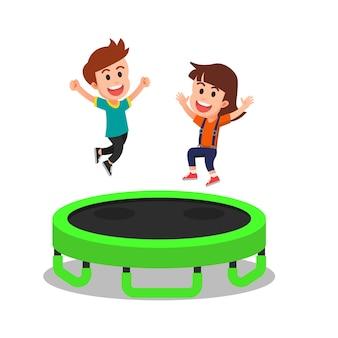 Bambini carini che giocano sul trampolino