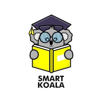 Simpatico libro di lettura di koala con occhiali e berretto da laurea