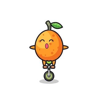 Il simpatico personaggio kumquat sta cavalcando una bici da circo, un design carino per t-shirt, adesivo, elemento logo