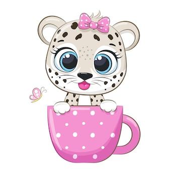 Una simpatica ragazza leopardo è seduta in una tazza e sorride. illustrazione vettoriale di un cartone animato.