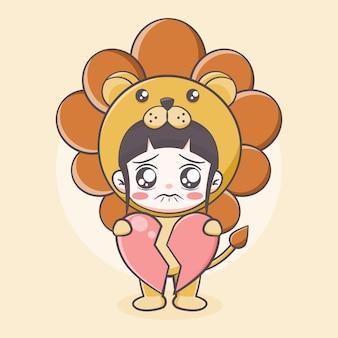 Ragazza carina in costume da leone che tiene in mano un'illustrazione di cartone animato con un focolare rotto