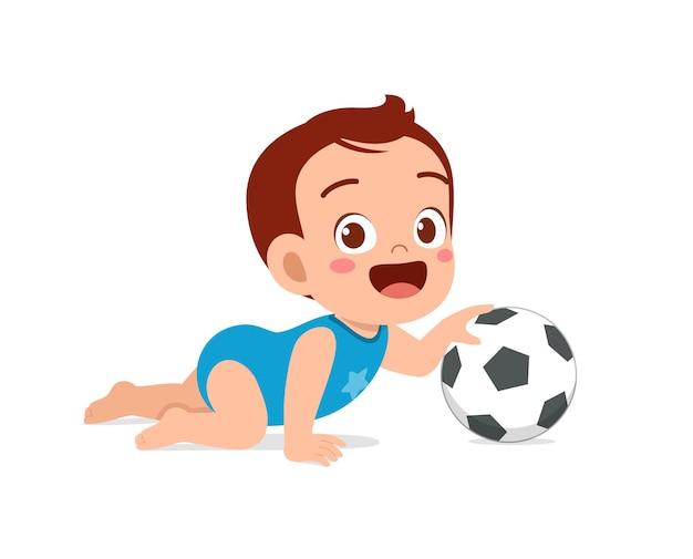 Piccolo neonato sveglio che gioca con la grande palla