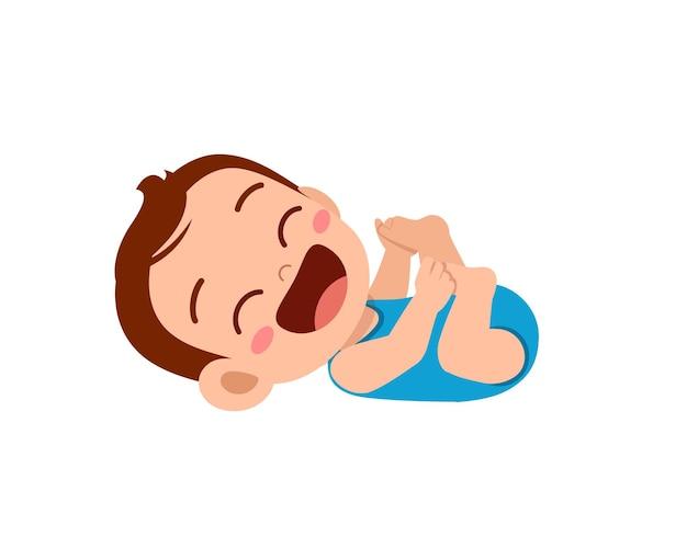 Il piccolo neonato sveglio mostra l'espressione felice e ride