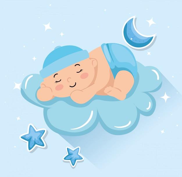 Piccolo neonato sveglio che dorme in nuvola