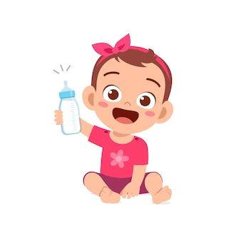 La piccola neonata sveglia beve il latte dalla bottiglia