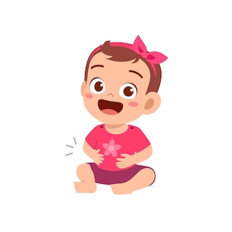La bambina carina si sente piena dopo aver mangiato e toccato lo stomaco