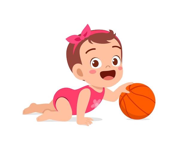Piccola neonata sveglia che gioca con la grande palla