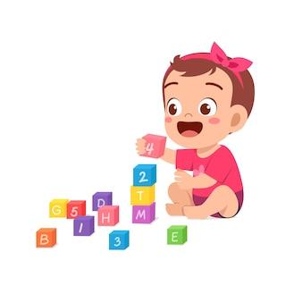 Bambina carina che gioca con i mattoncini colorati