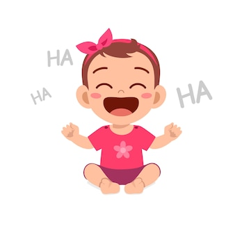 La piccola neonata sveglia mostra l'espressione felice e ride