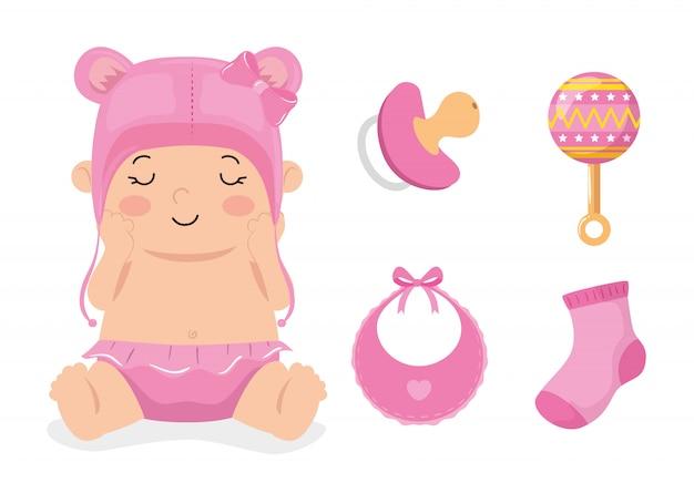 Piccola neonata sveglia con i giocattoli stabiliti