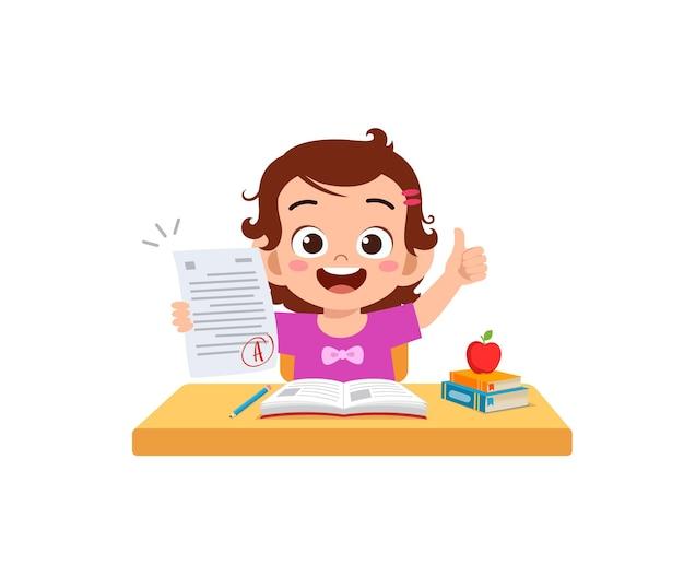Il ragazzino carino si sente felice perché ottiene un buon voto dall'esame