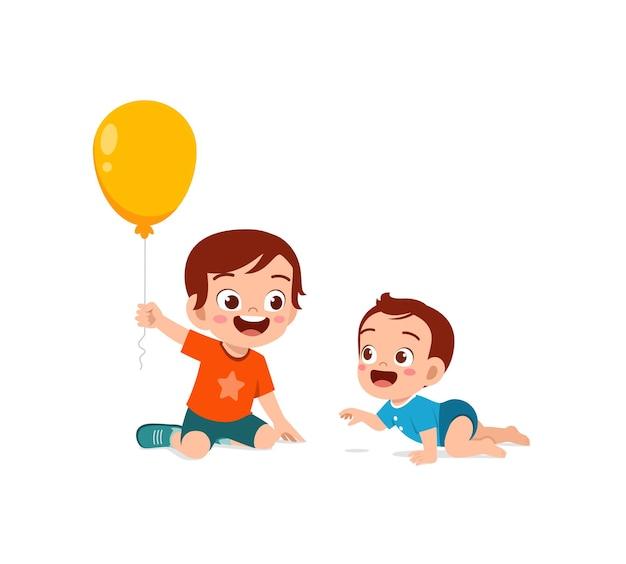 Il ragazzino carino gioca a pallone con il fratellino