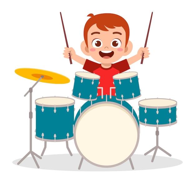 Ragazzino sveglio che suona il tamburo in concerto