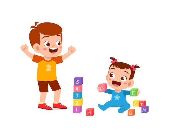 Il ragazzino sveglio gioca con i fratelli del bambino insieme