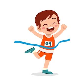 Il ragazzino sveglio corre nella maratona e vince