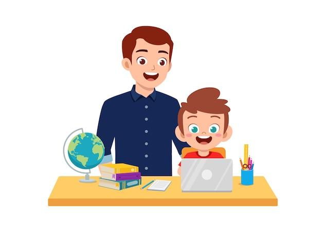 Studio sveglio del ragazzino con il padre a casa insieme
