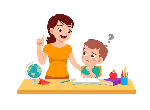 Studio sveglio del ragazzino con la madre a casa insieme