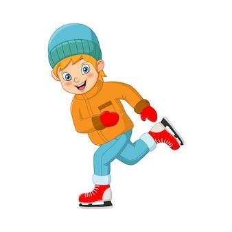 Ragazzino sveglio in vestiti di inverno che giocano pattinaggio sul ghiaccio