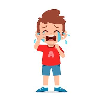 Ragazzino carino con espressione di pianto e capriccio