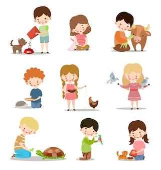 Set di simpatici ragazzi e ragazze che alimentano gli animali. bambini adorabili che si prendono cura del concetto di animali selvatici e domestici.