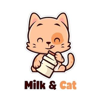 Piccolo gatto marrone sveglio che sorride e porta una bottiglia di latte Vettore Premium