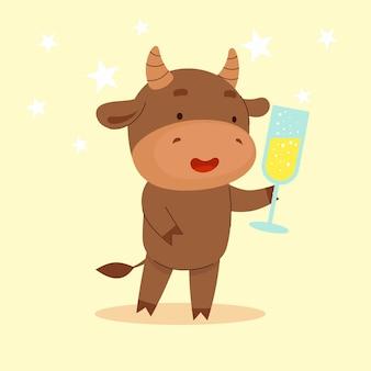 Un simpatico toro è in piedi e tiene in mano un bicchiere di champagne. felice anno nuovo. simbolo del capodanno cinese cartolina di natale. 2021 anno. illustrazione del fumetto piatto isolato su priorità bassa bianca