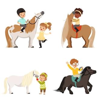 Piccoli bambini svegli cavalcando pony e prendersi cura dei loro cavalli insieme, sport equestri, illustrazioni su sfondo bianco