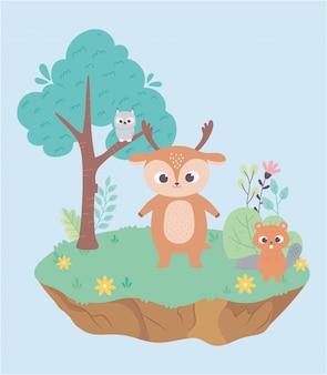 Piccoli cervi e castori svegli su erba con i fiori e il fumetto dell'albero