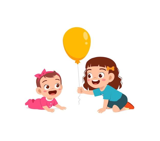La bambina sveglia gioca a pallone con il fratellino del bambino