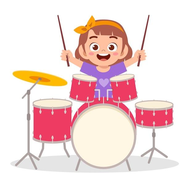 Bambina sveglia che suona il tamburo in concerto