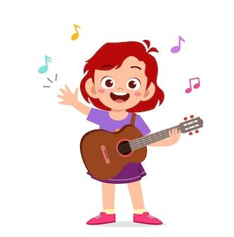 Bambina sveglia che suona la chitarra in concerto