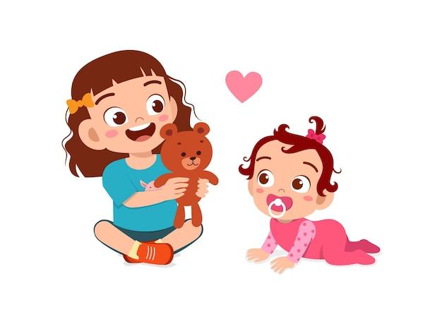 La bambina sveglia gioca con i fratelli del bambino insieme