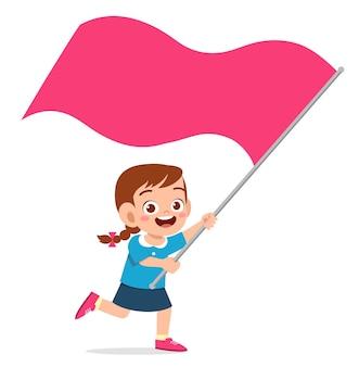 Bambina carina che corre e tiene in mano la bandiera