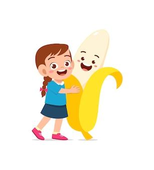 La bambina sveglia sta con il carattere della banana