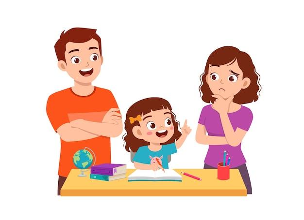 La bambina sveglia studia con il padre e la madre a casa insieme