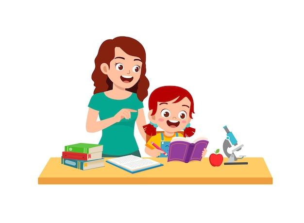 La bambina sveglia studia con la madre a casa insieme