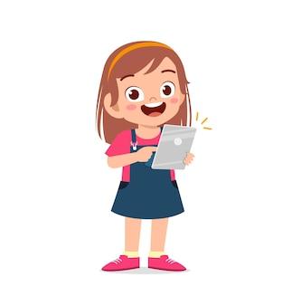 Bambina carina che utilizza smartphone e internet