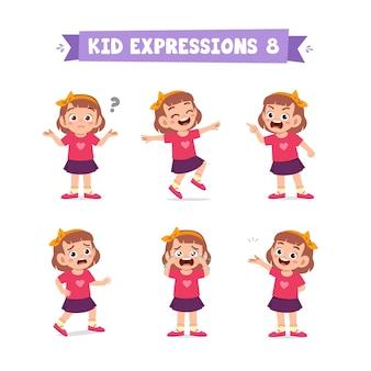 Bambina sveglia in varie espressioni e insieme di gesti