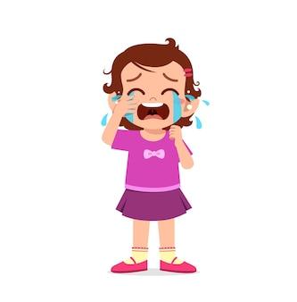 Bambina carina con espressione di pianto e capriccio tan